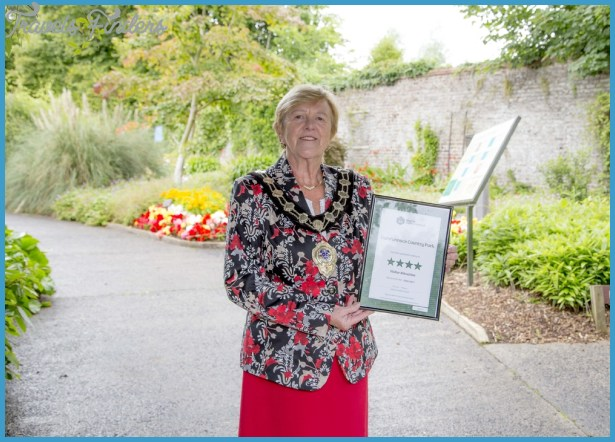 Mayor_Audrey_Wales_with_Carnfunnock_Country_Parks_4-Star_Award_from_Tourism_NI_-_2_-_100816_1000x714.jpg