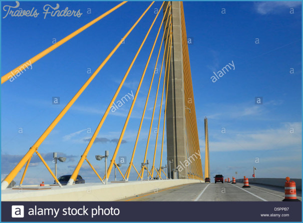 the-bob-graham-sunshine-skyway-bridge-is-a-bridge-spanning-tampa-bay-D5PPB7.jpg